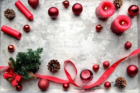 赤いクリスマス飾りとクリスマスツリーの写真素材 [FYI00893198]