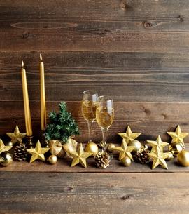 星型のクリスマス飾りとキャンドルとクリスマスツリーの写真素材 [FYI00893201]