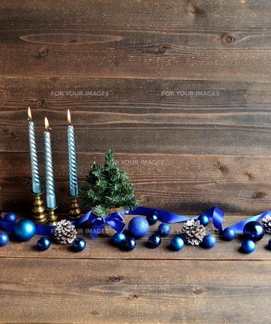 ブルーのクリスマス飾りとキャンドルとクリスマスツリーの写真素材 [FYI00893202]