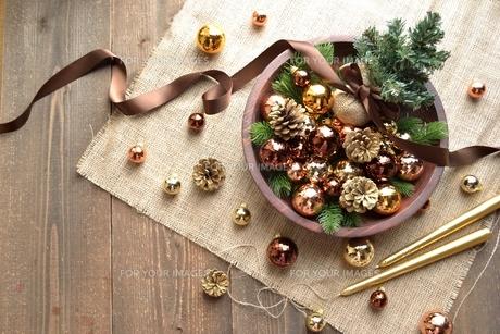 ブラウンのクリスマス飾りとミニクリスマスツリーの写真素材 [FYI00893205]