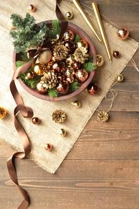 ブラウンのクリスマス飾りとミニクリスマスツリーの写真素材 [FYI00893206]
