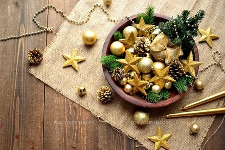 金色の星型のクリスマス飾りとミニクリスマスツリーの写真素材 [FYI00893208]
