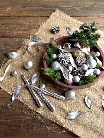 銀色のクリスマス飾りとミニクリスマスツリーの写真素材 [FYI00893210]