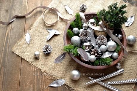 銀色のクリスマス飾りとミニクリスマスツリーの写真素材 [FYI00893211]