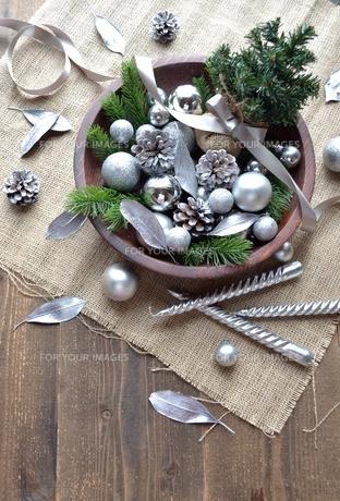 銀色のクリスマス飾りとミニクリスマスツリーの写真素材 [FYI00893212]