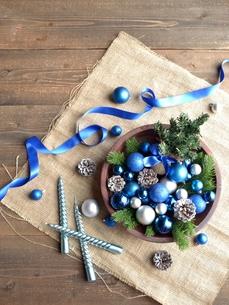 ブルーのクリスマス飾りとミニクリスマスツリーの写真素材 [FYI00893213]