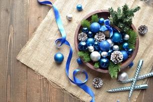 ブルーのクリスマス飾りとミニクリスマスツリーの写真素材 [FYI00893214]