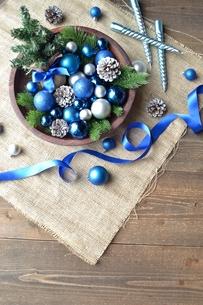 ブルーのクリスマス飾りとミニクリスマスツリーの写真素材 [FYI00893215]