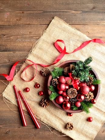 赤いクリスマス飾りとミニクリスマスツリーの写真素材 [FYI00893216]