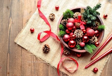 赤いクリスマス飾りとミニクリスマスツリーの写真素材 [FYI00893217]