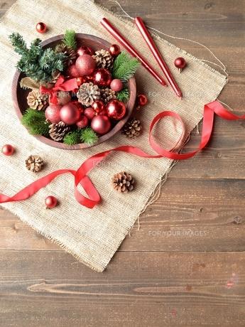 赤いクリスマス飾りとミニクリスマスツリーの写真素材 [FYI00893218]