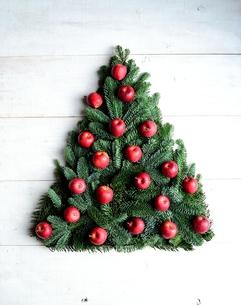 林檎のクリスマスツリー 白木材背景の写真素材 [FYI00893556]