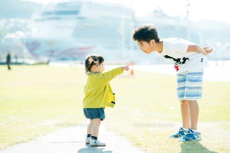 指差す子供の写真素材 [FYI00893562]