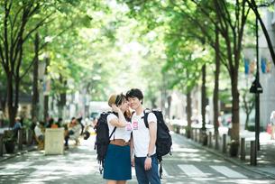 バックパッカーのカップルの写真素材 [FYI00893570]