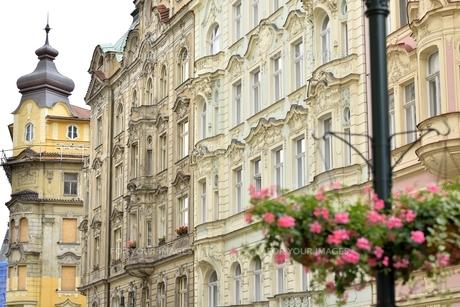 フラワーバスケットのある風景(チェコ・プラハ歴史地区・コジ通り)の写真素材 [FYI00893628]