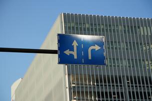 道路標識とビルと青空の写真素材 [FYI00893637]