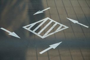 道路交差点中央の「右左折の方法」の標示の写真素材 [FYI00893638]