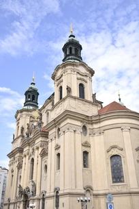 旧市街広場の聖ニコラス教会(チェコ・プラハ歴史地区)の写真素材 [FYI00893698]