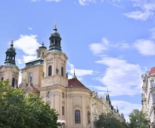 旧市街広場の聖ニコラス教会(チェコ・プラハ歴史地区)の写真素材 [FYI00893700]