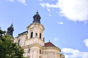 旧市街広場の聖ニコラス教会(チェコ・プラハ歴史地区)の写真素材 [FYI00893701]