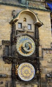 旧市街広場の天文時計(チェコ・プラハ歴史地区)の写真素材 [FYI00893702]