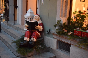 クリスマスシーズンの町並み(サンタ)の写真素材 [FYI00893816]