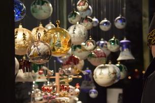 クリスマスマーケットの屋台の写真素材 [FYI00893820]