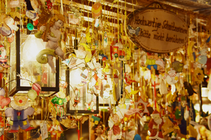 クリスマスマーケットのオーナメント屋台の写真素材 [FYI00893852]