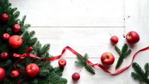 林檎とモミの葉のクリスマスツリーの写真素材 [FYI00893886]