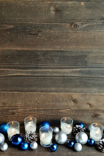 ブルーのクリスマス飾りとキャンドル の写真素材 [FYI00893960]