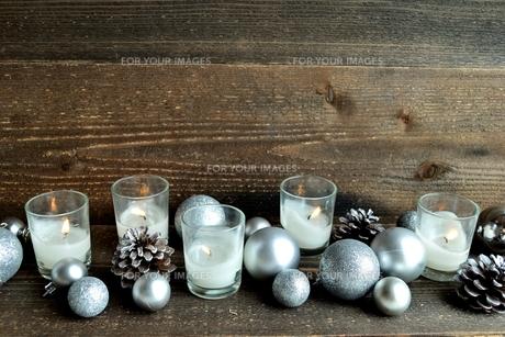 銀色のクリスマス飾りとキャンドル の写真素材 [FYI00893963]