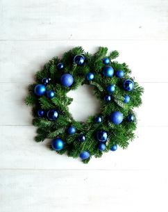 ブルー系のオーナメントのクリスマスリースの写真素材 [FYI00893966]