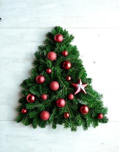 赤いオーナメントのクリスマスツリーの写真素材 [FYI00893986]