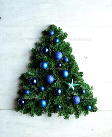 ブルーのオーナメントのクリスマスツリーの写真素材 [FYI00893987]