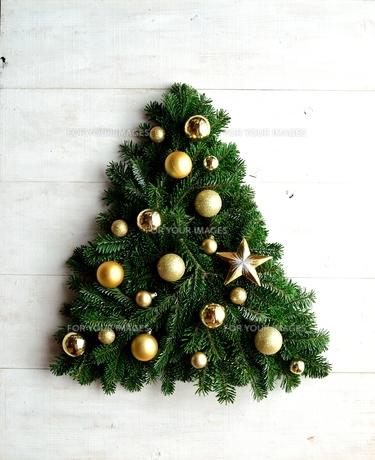 金色の星型オーナメントのクリスマスツリーの写真素材 [FYI00893988]