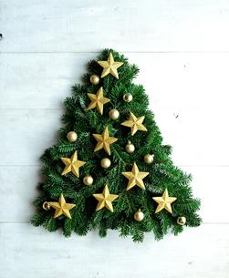 金色の星型オーナメントのクリスマスツリーの写真素材 [FYI00893989]