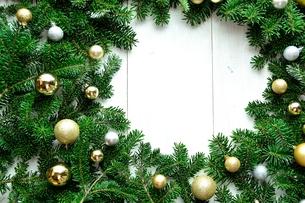 ゴールド系クリスマスオーナメントとモミの葉 フレームの写真素材 [FYI00893991]