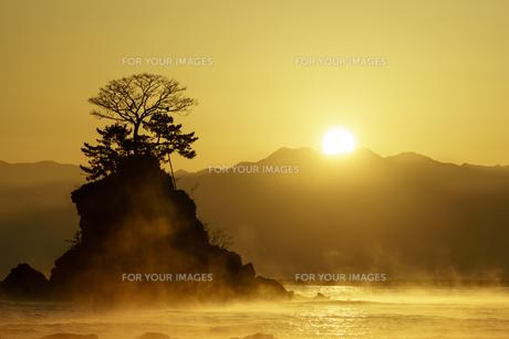 富山県 雨晴海岸の写真素材 [FYI00894079]
