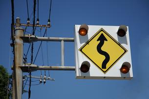 「つづら折りあり」の交通標識と青空の光景の写真素材 [FYI00894094]