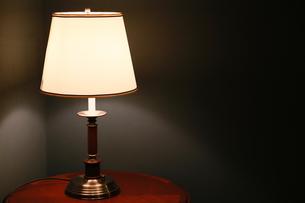 夜の部屋のテーブルの上の灯かりの写真素材 [FYI00894098]