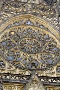 聖ヴィート大聖堂「薔薇窓」(チェコ・プラハ歴史地区)の写真素材 [FYI00894112]
