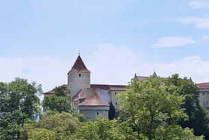 プラハ城「黄金の小路の外壁とダリボルカ塔」の写真素材 [FYI00894231]