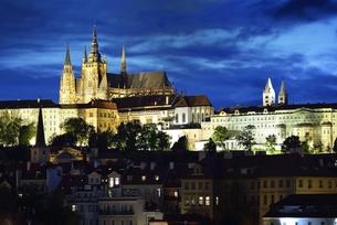 カレル橋から眺めたプラハ城のシルエットの写真素材 [FYI00894237]