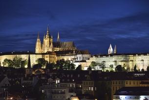 カレル橋から眺めたプラハ城のシルエットの写真素材 [FYI00894238]