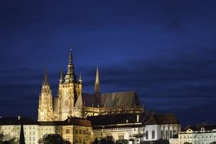 カレル橋から眺めたプラハ城のシルエットの写真素材 [FYI00894239]