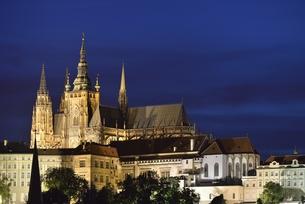 カレル橋から眺めたプラハ城のシルエットの写真素材 [FYI00894241]