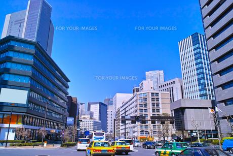 東京都道405号外濠環状線の赤坂一丁目交差点から赤坂方面の景色の写真素材 [FYI00894242]