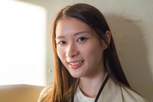 笑顔の若い女性の写真素材 [FYI00894409]