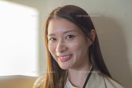 笑顔の若い女性の写真素材 [FYI00894410]