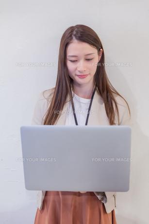 パソコンでビジネス 若い女性の写真素材 [FYI00894411]